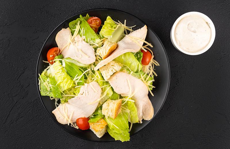 Салат с курицей и соусом
